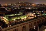 Вид ночное время на крышу гостиницы
