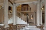 Парадная лестница в отеле