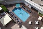 Терраса для загара и открытый бассейн