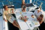 Семейный отдых во время морской прогулки на яхте