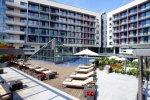 открытый бассейн на территории гостиницы