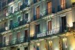 Фасад отеля в вечернее время
