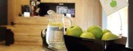 На всей территории отеля можно бесплатно угостить зелёными яблочками