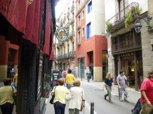Оживленная улочка старого города, где находится отель