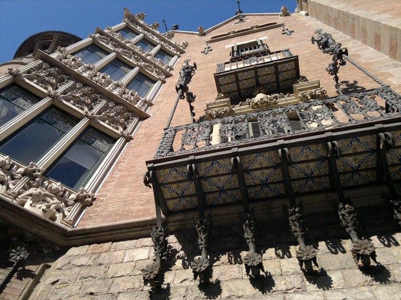 Фасад дома с шипами