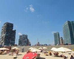 Пляж и город