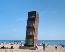 На территории пляжа