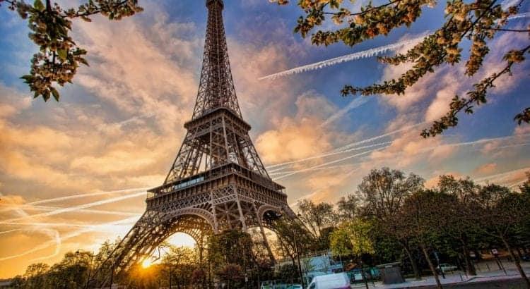 Эйфелева башня в Париже на закате