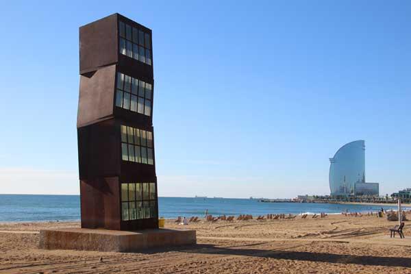 Скульптура на пляже Барселона -