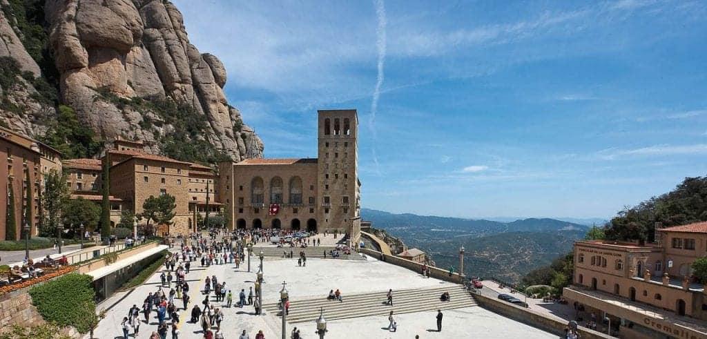 Площадь монастыря у горы Монсеррат