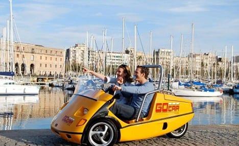 Туристы на мини-машине в Барселоне