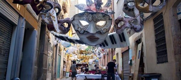 Улицы Барселоны во время фестиваля feste de gracia