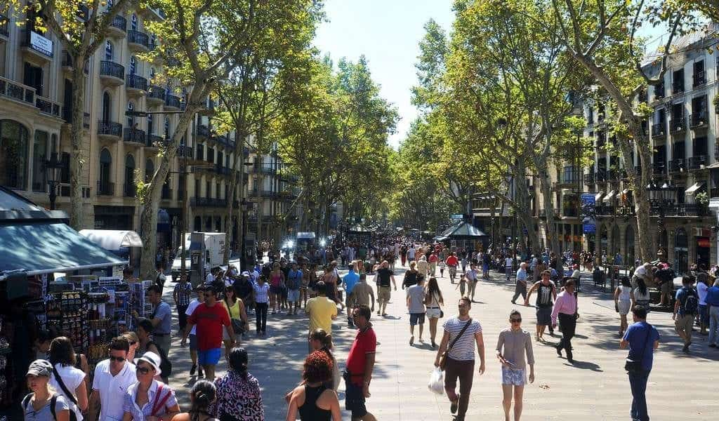 Как одеваются туристы в Барселоне в июне