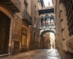 Знаменитый балкончик готического квартала