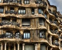 Необычный фасад здания